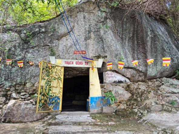 Chùa Hang là một ngôi chùa cổ độc đáo ở miền sơn cước xã Tam Nghĩa, Núi Thành. Ảnh: H.LIÊN