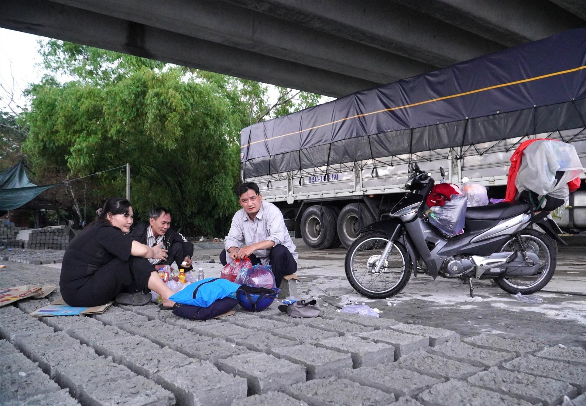 Anh Nguyễn Văn Dũng và người dân vui mừng vì có vị trí nghỉ ngơi để hồi sức, tiếp tục lên đường về quê. Ảnh: H.Q