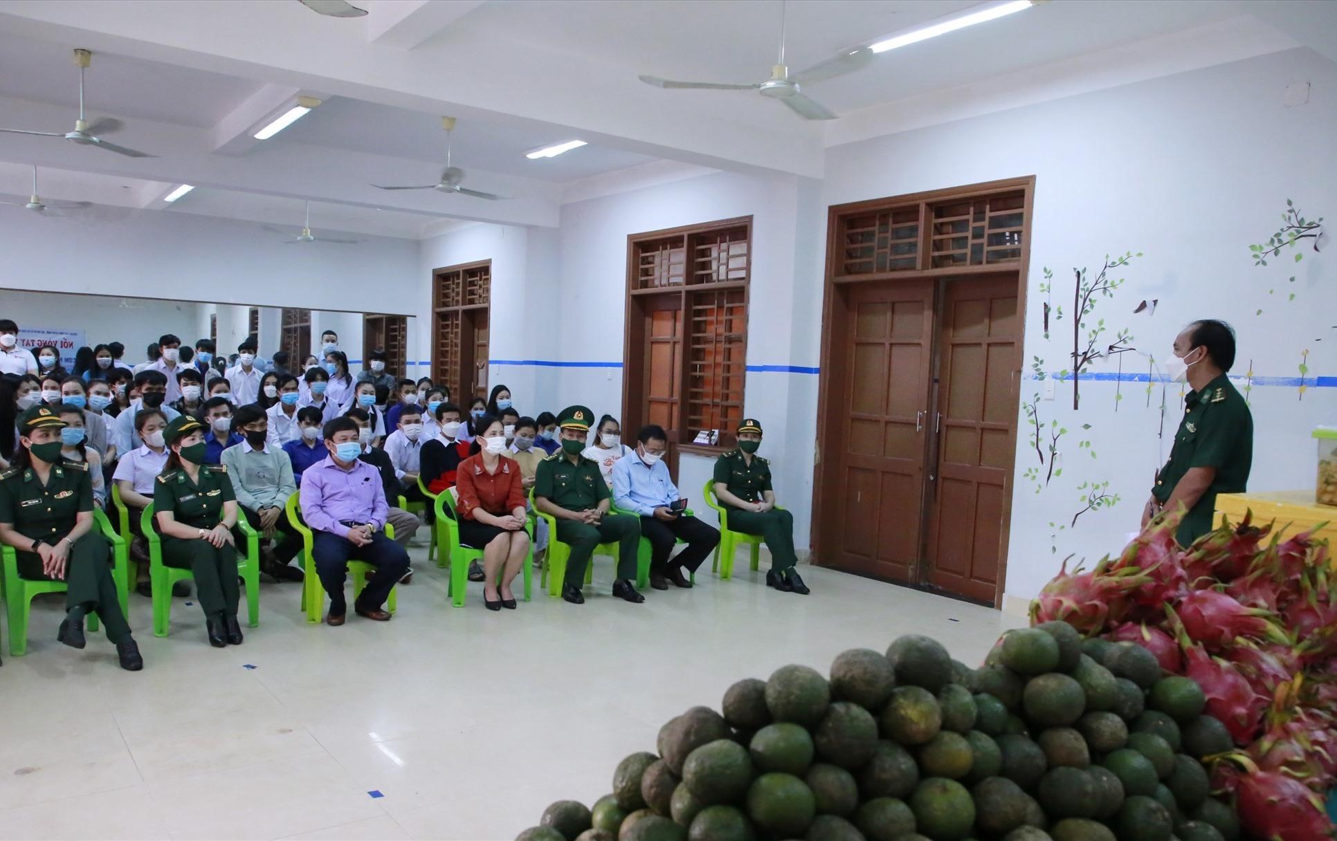 Nhà báo Lê Văn Chương (góc phải) chia sẻ về chương trình với các bạn sinh viên Lào. Ảnh: T.C