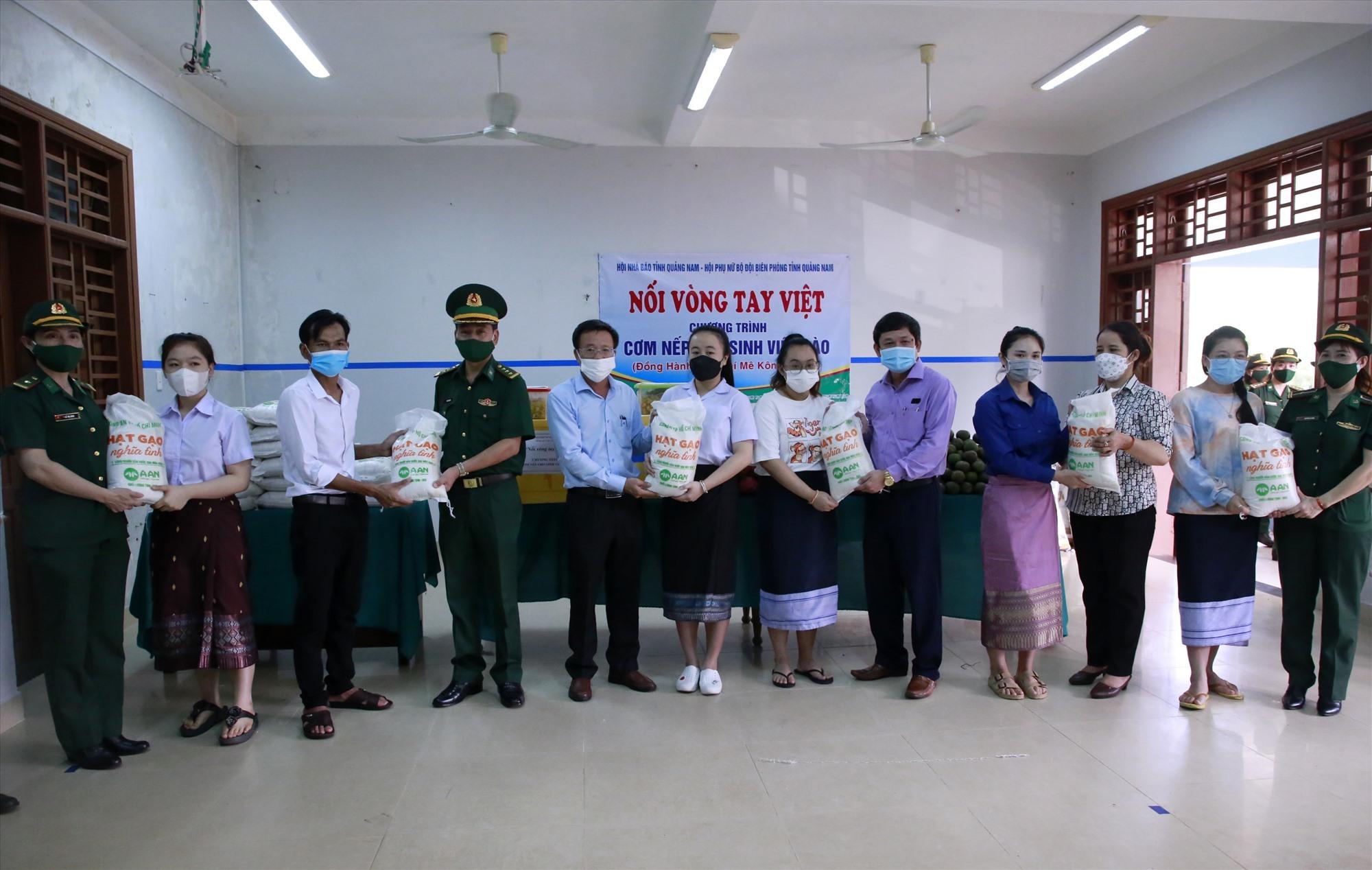 Đoàn công tác đã tặng 600kg gạo nếp, 300 kg trái cây tươi cùng gần 150 suất ăn cho các bạn sinh viên Lào trong sáng nay 9.10. Ảnh: T.C
