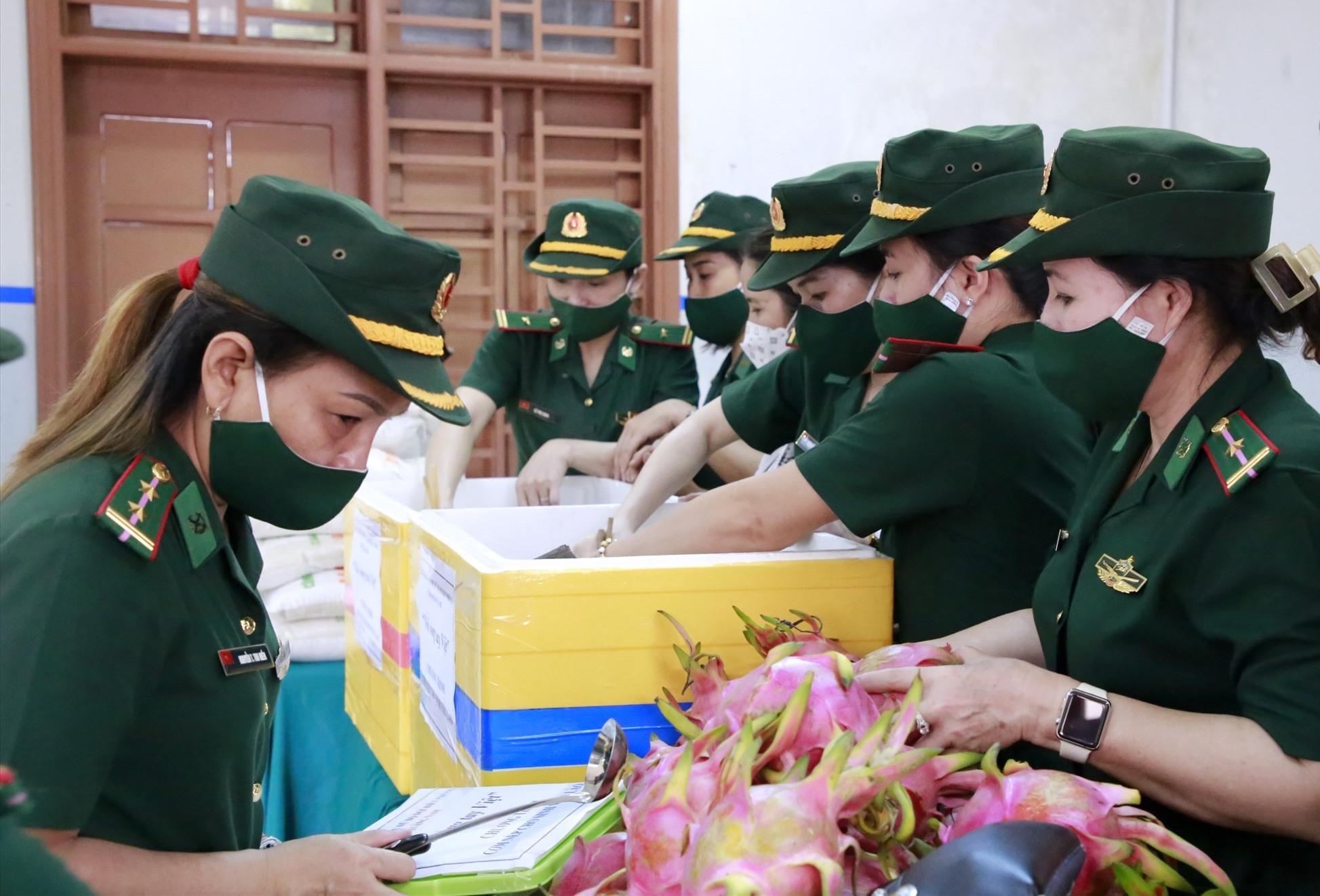 Hội viên Hội phụ nữ Bộ đội biên phòng mang cơm nếp đến cho sinh viên Lào tại ký túc xá trường Đại học Quảng Nam. Ảnh: T.C
