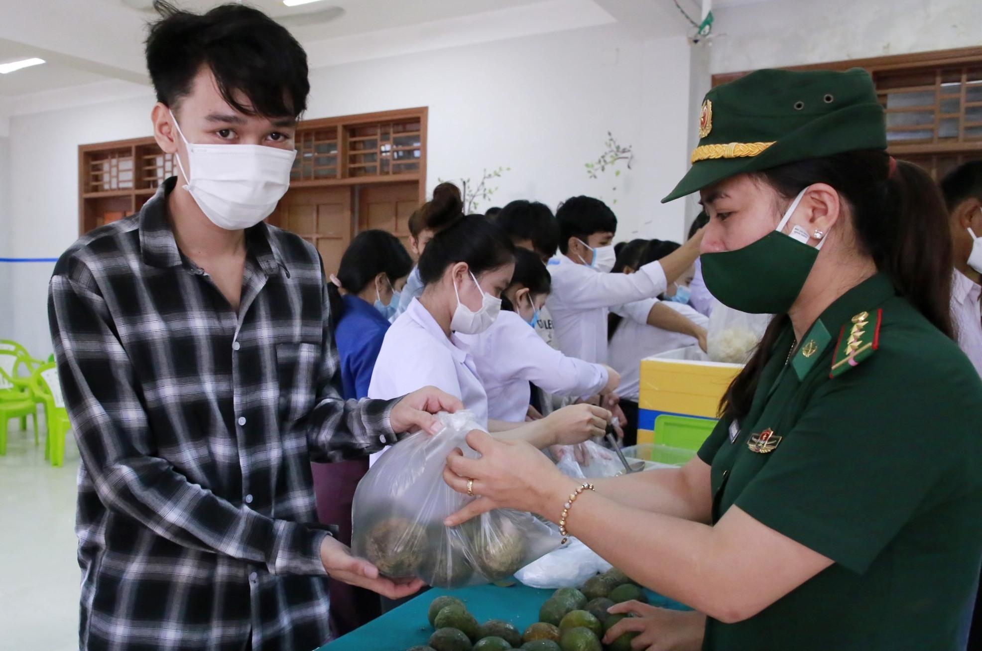 Các bạn sinh viên Lào nhận quà của chương trình nối vòng tay Việt. Ảnh: T.C