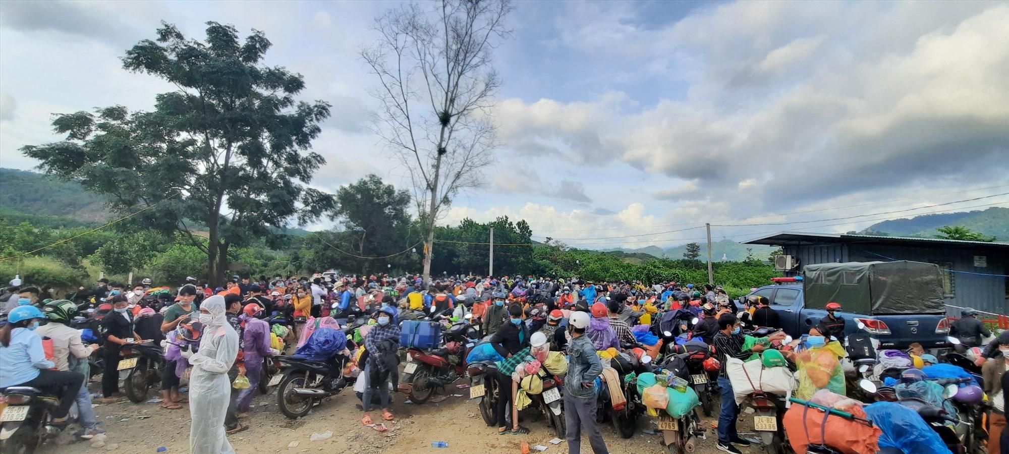 Những ngày qua, có hàng ngàn người từ các tỉnh phía Nam đi qua chốt kiểm soát đèo Lò Xo. Ảnh: P.V