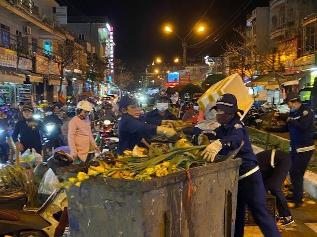 Công nhân môi trường vất vả dọn rác đêm giao thừa. Ảnh: H.P