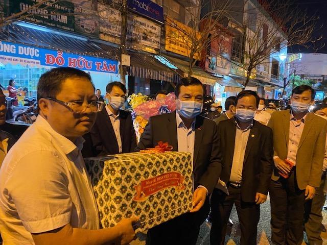 Bí thư Tỉnh ủy tặng quà động viên lãnh đạo Công ty CP Môi trường đô thị Quảng Nam. Ảnh: H.P