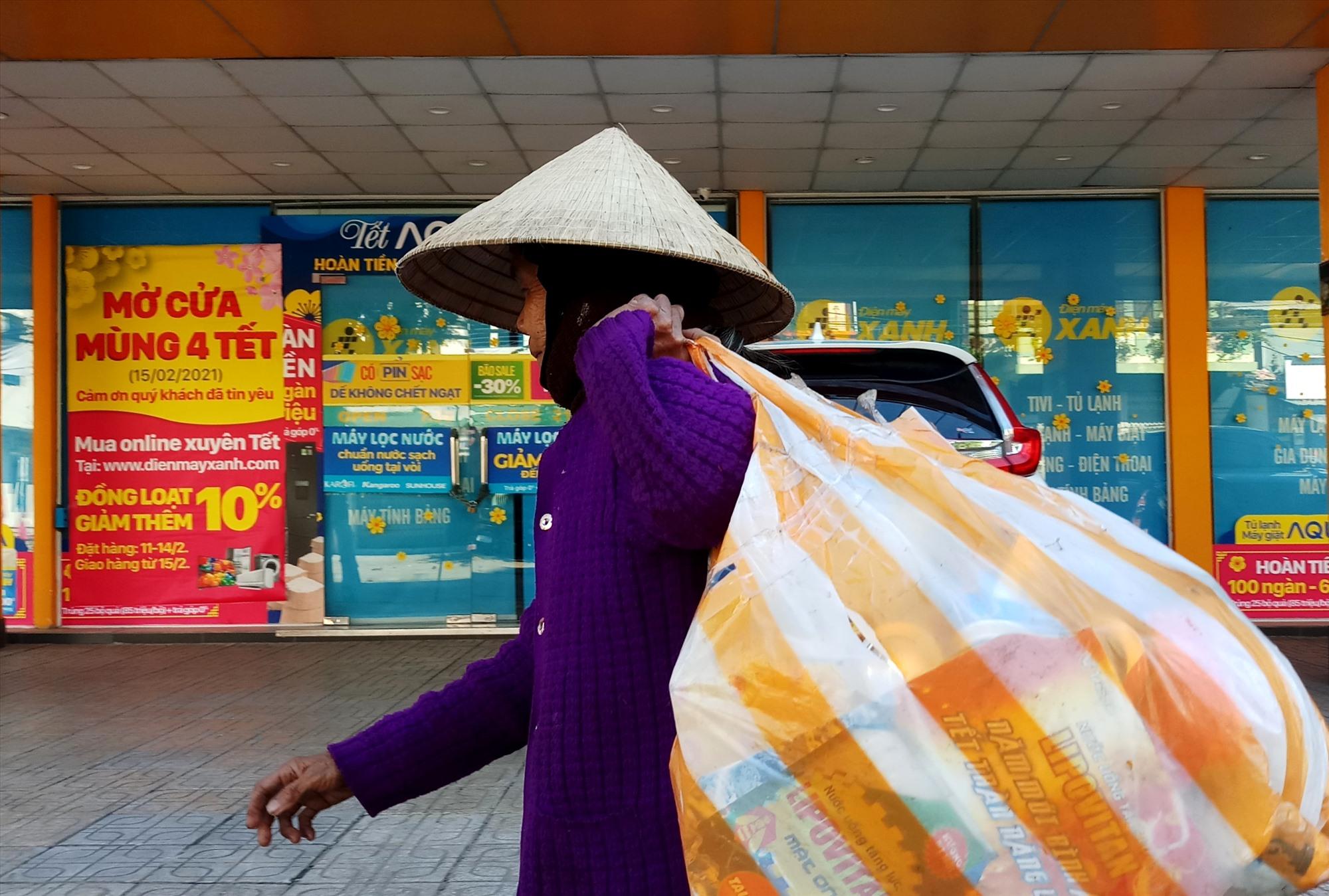 """Đi dọc khắp con phố Phan Châu Trinh (TP.Tam Kỳ), cụ bà gom được """"chiến lợi phẩm"""" vào mùng 1 Tết, chờ bán. Ảnh: Đ.N"""