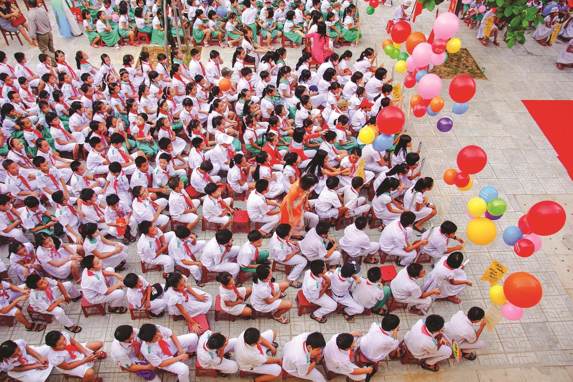 Buổi chào cờ đầu tuần ở một trường học tại Quảng Nam. Ảnh: PHƯƠNG THẢO