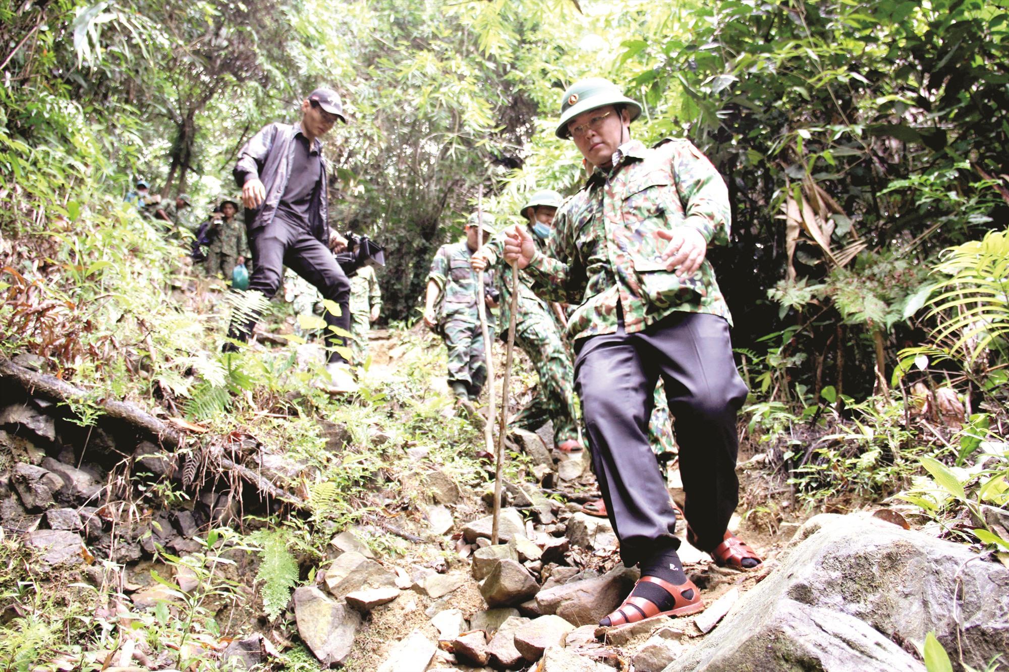 Chủ tịch UBND tỉnh Lê Trí Thanh vượt rừng thăm, kiểm tra các chốt kiểm soát phòng chống dịch dọc tuyến biên giới Quảng Nam - Sê Kông (Lào). Ảnh: AlĂNG NGƯỚC