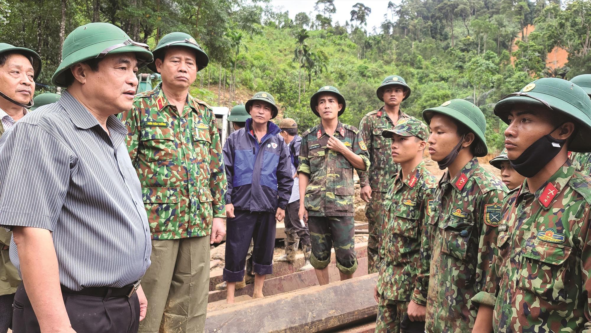Bí thư Tỉnh ủy Phan Việt Cường có mặt tại hiện trường vụ sạt lở Trà Leng (Nam Trà My), động viên lực lượng cứu hộ cứu nạn. Ảnh: ALĂNG NGƯỚC