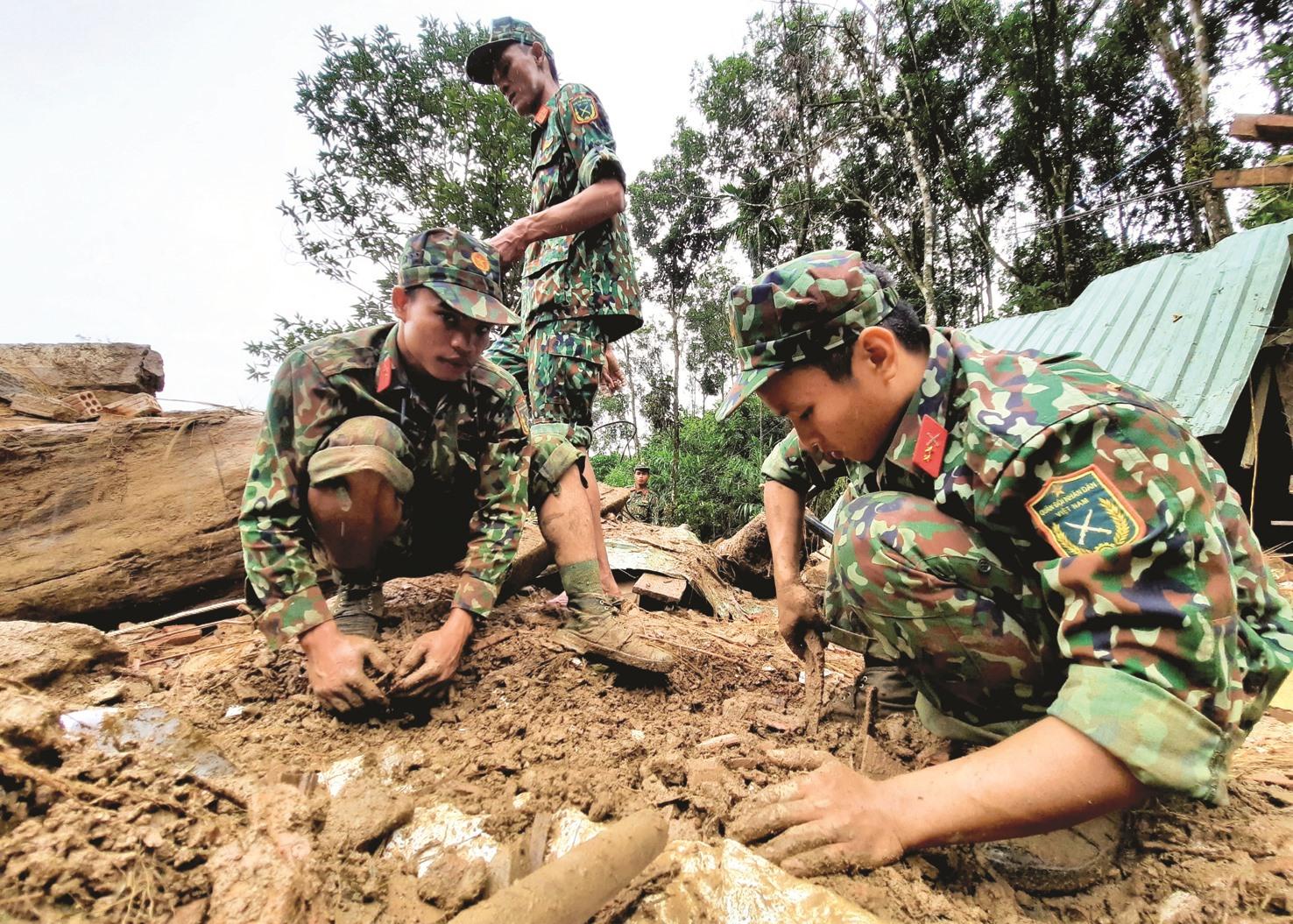 Các chiến sĩ dùng tay bới tìm kiếm nạn nhân mất tích trong vụ sạt lở ở Trà Leng, Nam Trà My. Ảnh: P.V