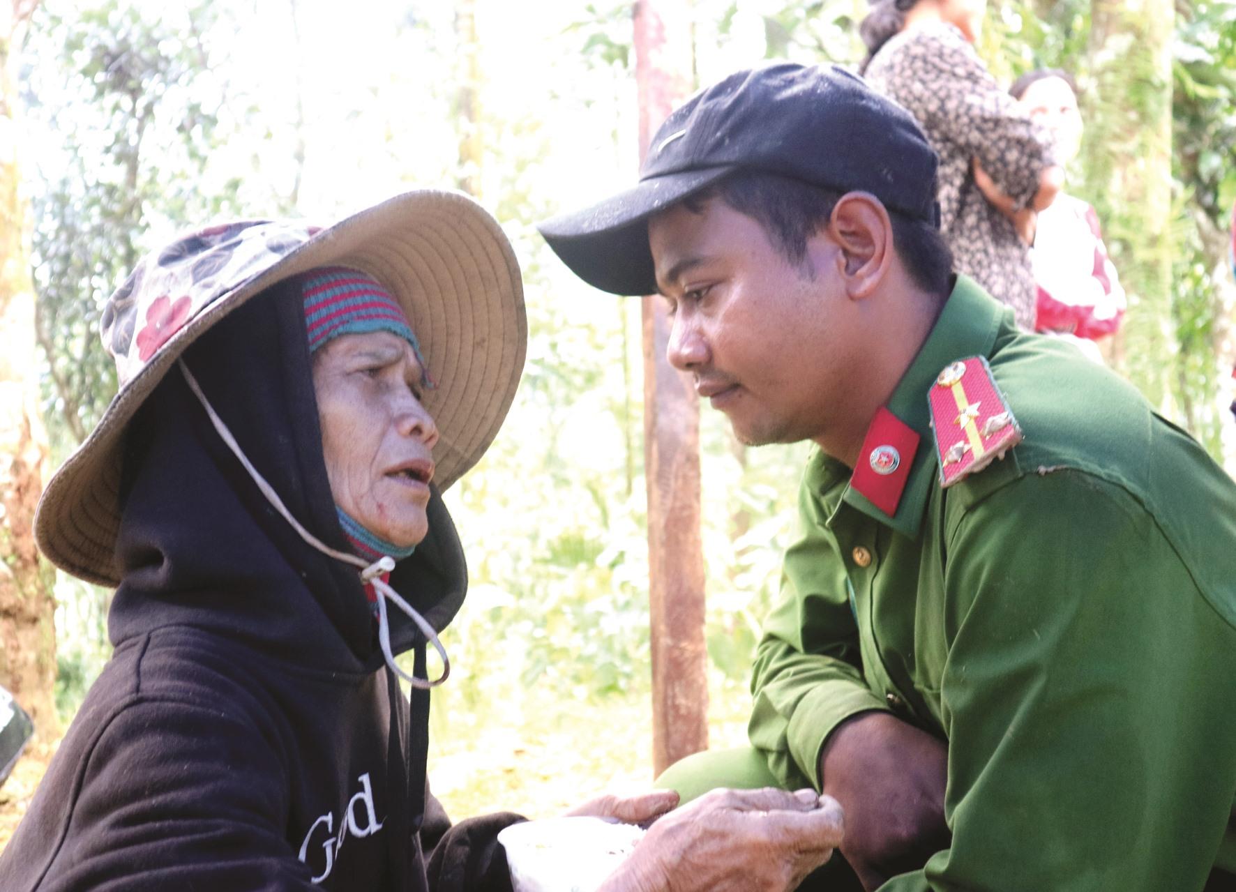 Chiến sĩ công an chia sẻ nỗi đau cùng người dân Trà Leng, Nam Trà My. Ảnh: P.V