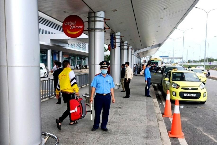 Thanh tra Sở GTVT kiểm soát xe trá hình tại Cảng hành không Chu Lai. Ảnh: CT