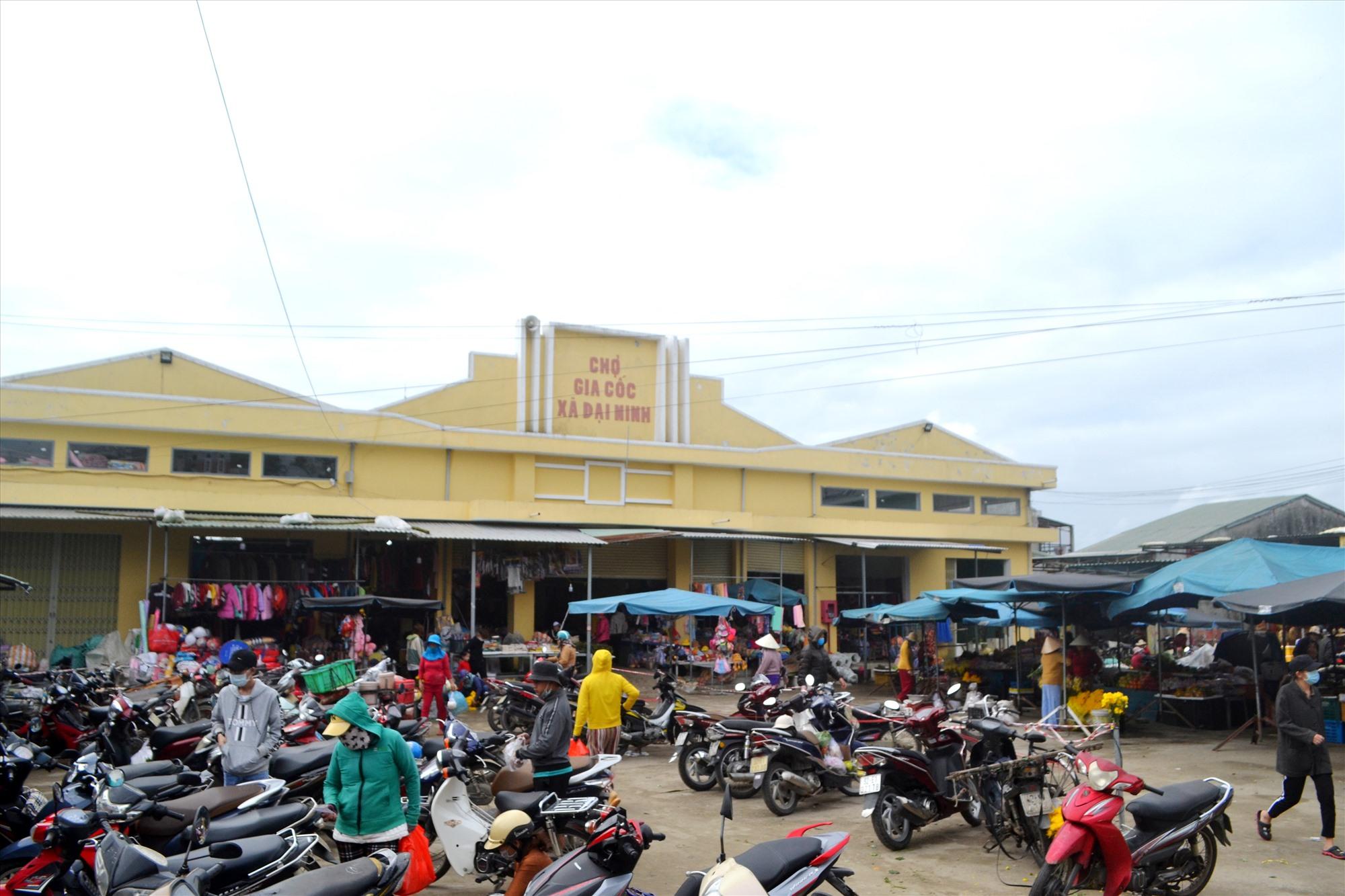 Chợ Gia Cốc thu hút gần 200 hộ tiểu thương buôn bán. Ảnh: CT
