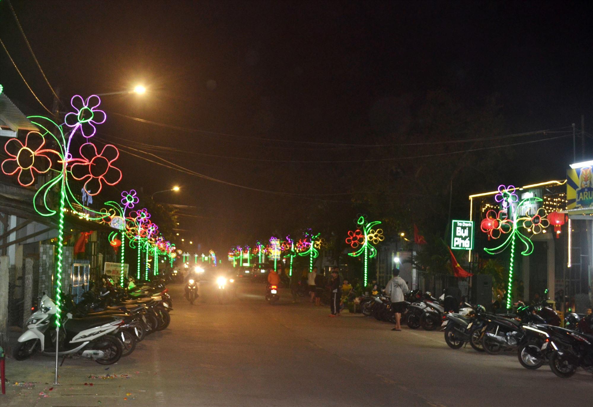 Ban đêm, đèn điện trang trí sáng lung linh đầy màu sắc nằm ven tuyến ĐT609C thu hút sự chú ý của người đi đường.