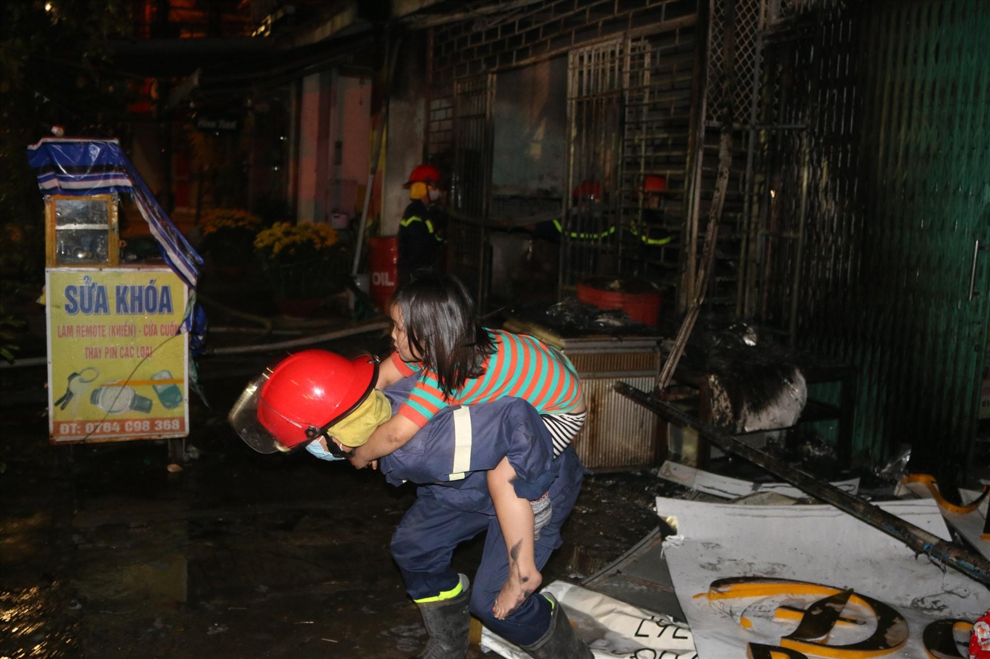 Một cháu bé đã được cứu ra khỏi đám cháy an toàn. Ảnh: Công an cung cấp