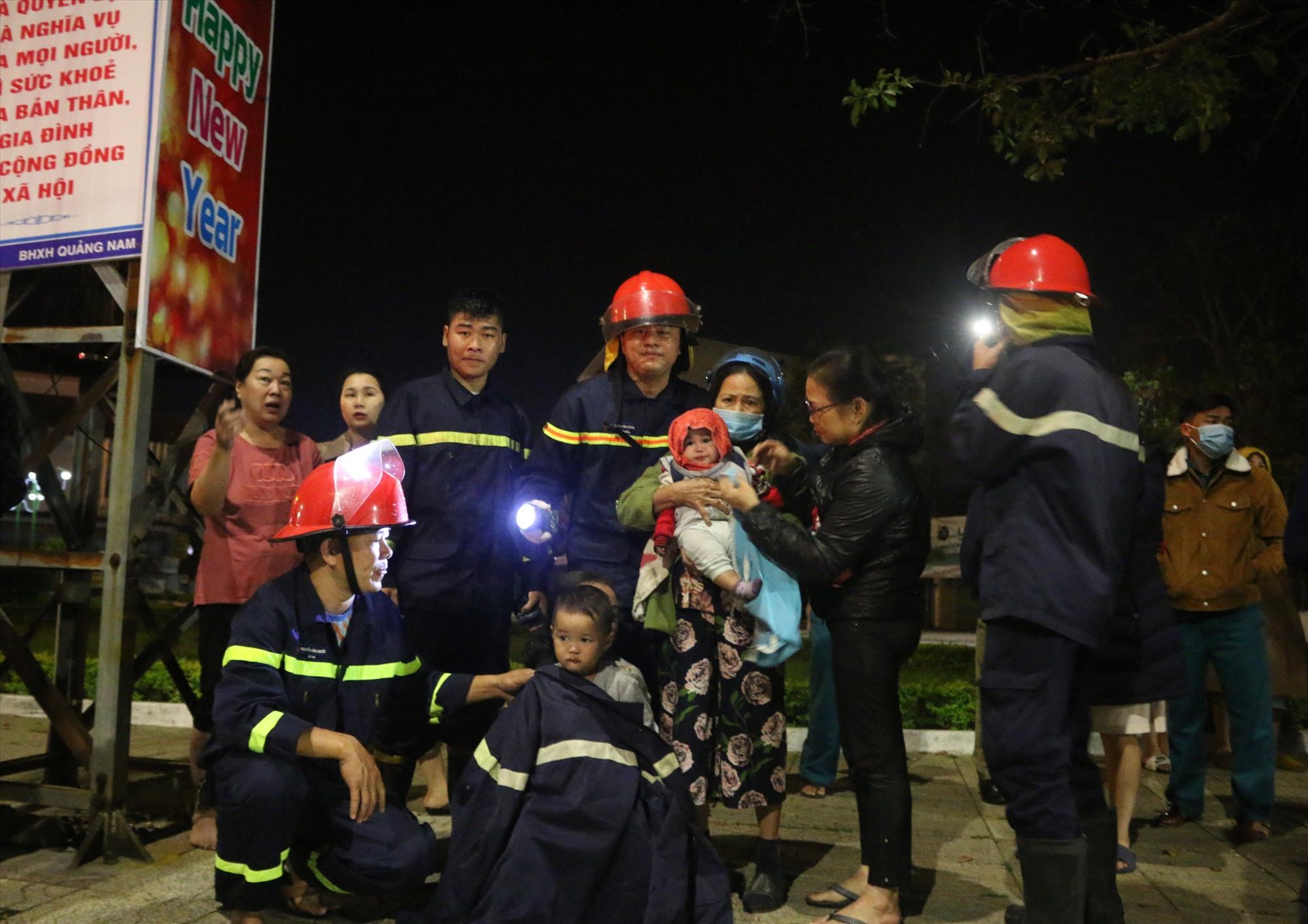 2 cháu nhỏ và các thành viên khác được cứu an toàn ra khỏi đám cháy. Ảnh: Công an cung cấp