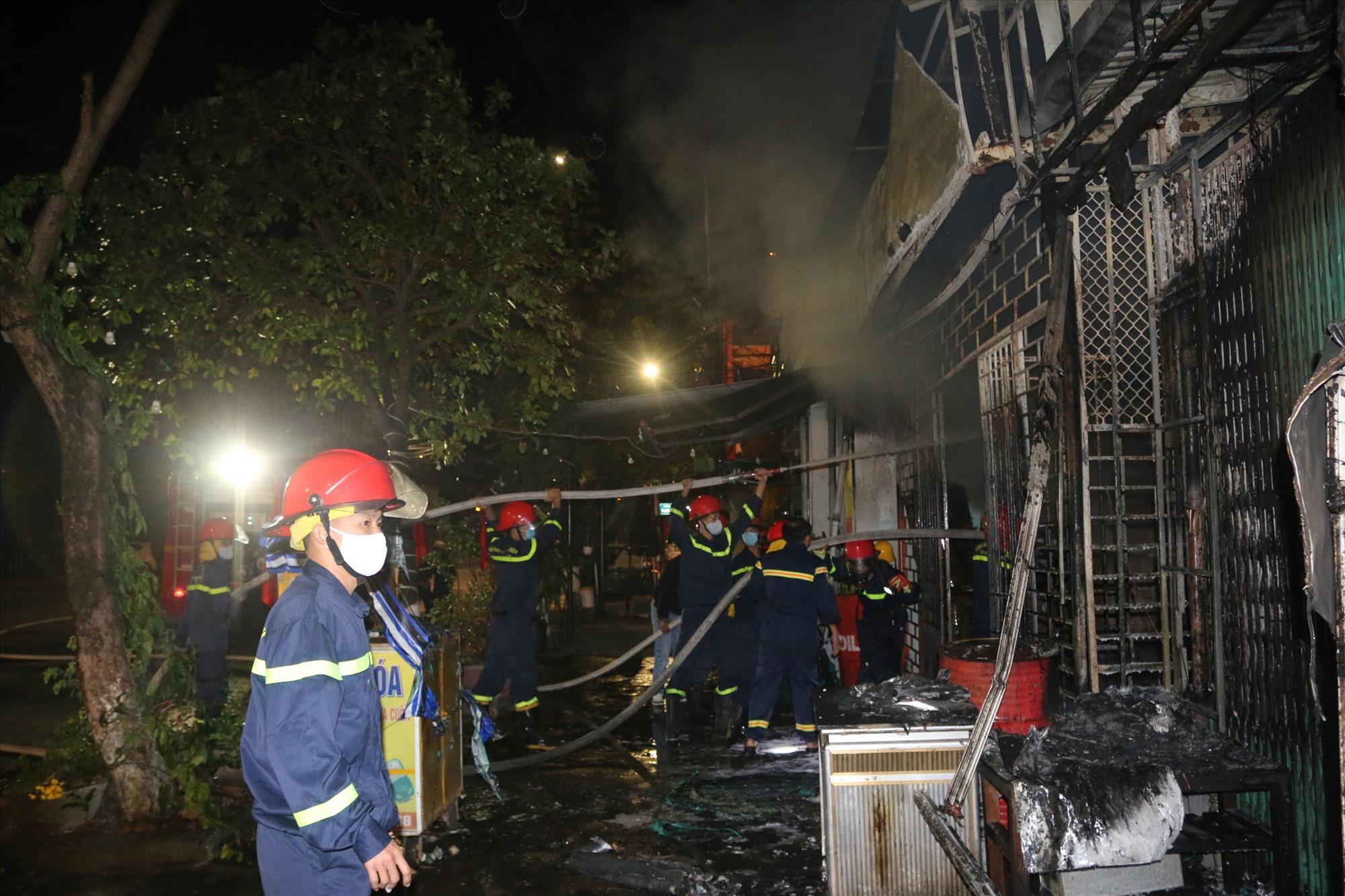 Đám cháy lan 2 nhà, gây thiệt hại nhiều về tài sản (đang được thống kê). Ảnh: Công an cung cấp