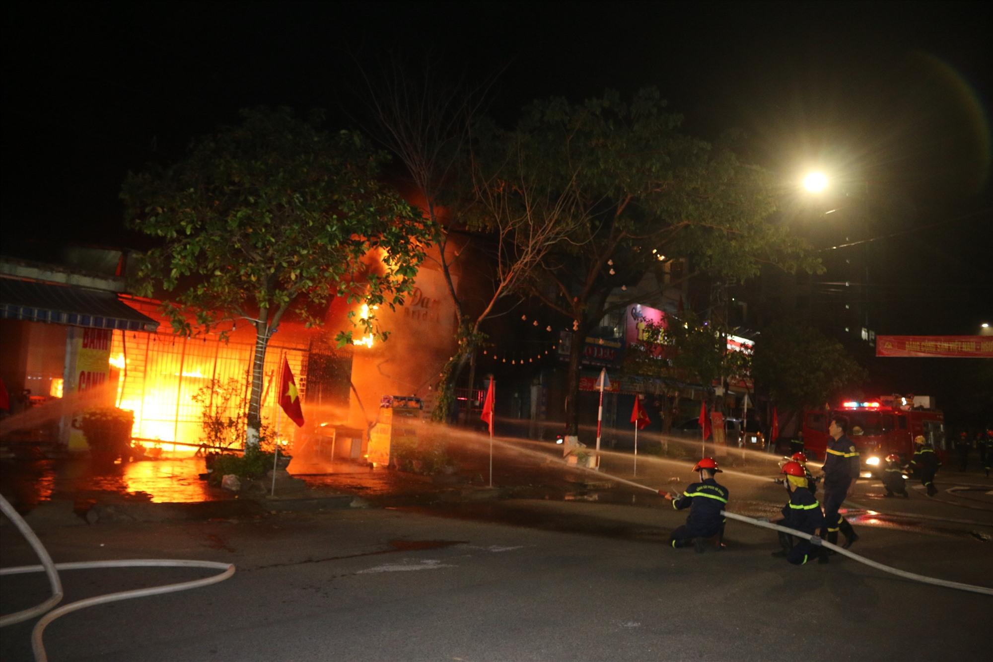 Đám cháy vào rạng sáng ngày 15.2 tại TP.Tam Kỳ. Ảnh: Công an cung cấp