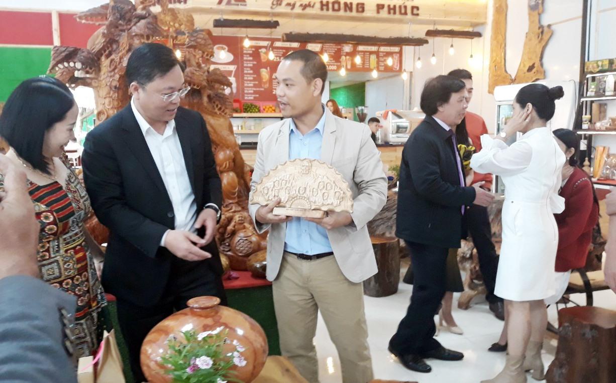 Chủ tịch UBND tỉnh Lê Trí Thanh và sản phẩm khởi nghiệp. Ảnh: C.N