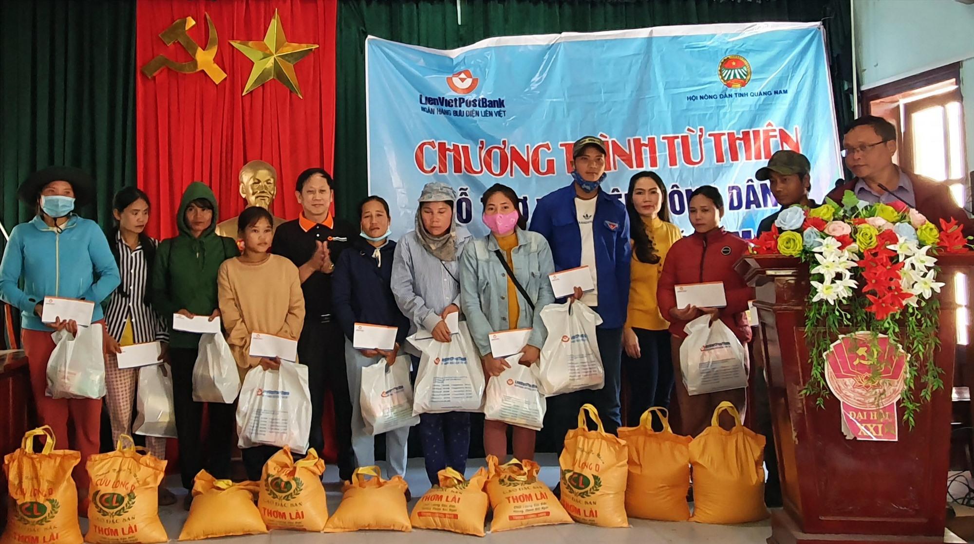 Lãnh đạo Hội Nông dân tỉnh và LienVietPostBank tặng quà tết cho bà con nông dân.