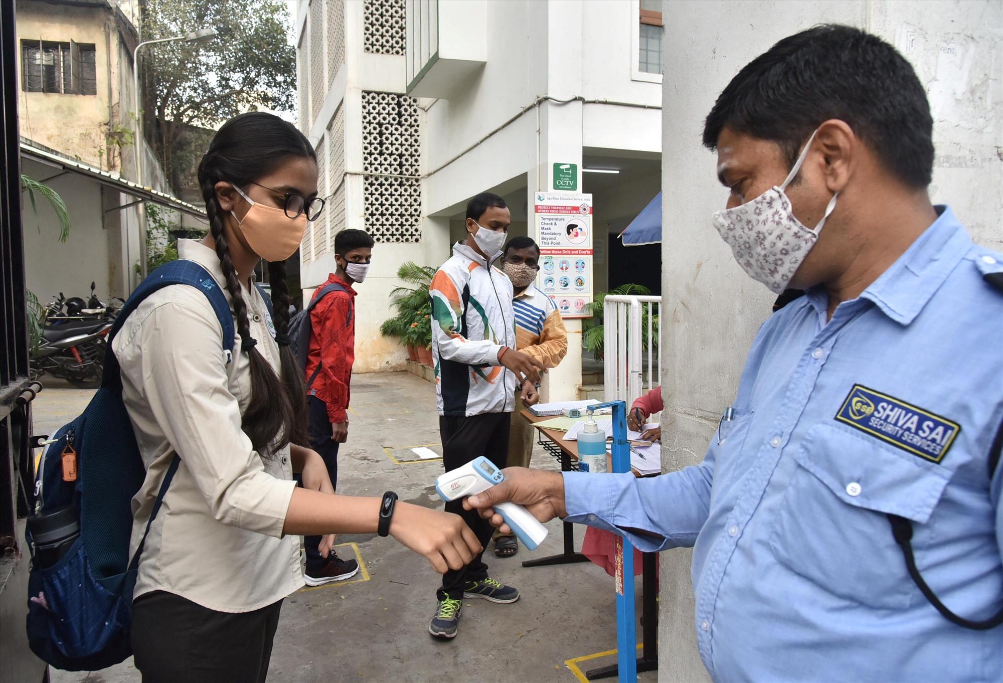Học sinh Ấn Độ đến trường với các biện pháp ngăn chặn corona mới một cách nghiêm ngặt. Ảnh: Gettyimage