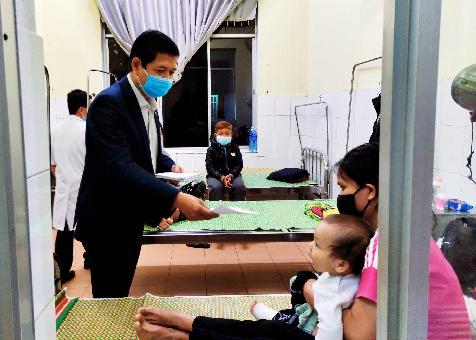 Chủ tịch UBND huyện Nam Giang - A Viết Sơn trao lì xì tết bệnh nhân điều trị nội trú tại Trung tâm Y tế huyện. Ảnh: Đ.N