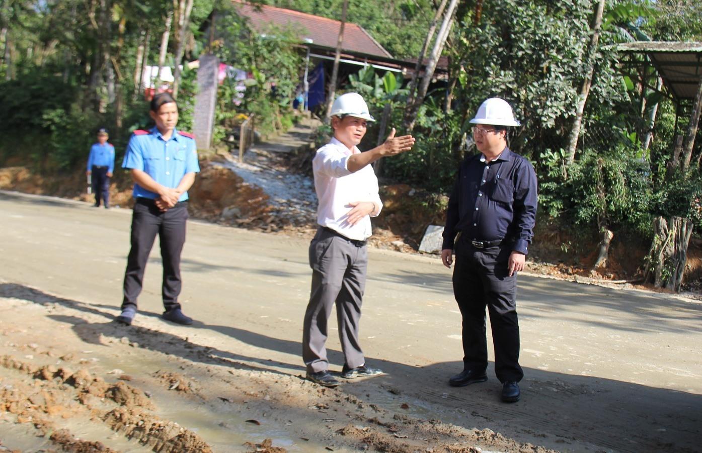 Ông Văn Anh Tuấn - Giám đốc Sở Giao thông vận tải tỉnh (áo đen) kiểm tra việc đảm bảo an toàn giao thông trên tuyến 40B. Ảnh: BÌNH AN