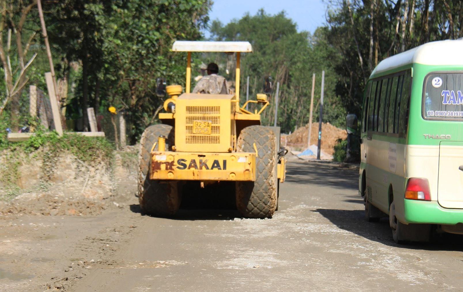 Đơn vị thi công tuyến 40B đoạn qua khu vực Đồi Thông, thị trấn Tiên Kỳ,huyện Tiên Phước khắc phục những đoạn sình lầy đảm bảo giao thông trong dịp Tết. Ảnh: BÌNH AN