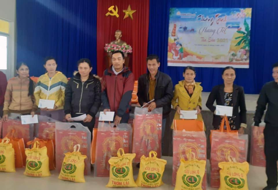 Hàng chục hộ gia đình khó khăn ở xã Tam Quang được nhận quà trước thềm Tết Nguyên đán 2021. Ảnh: T.C