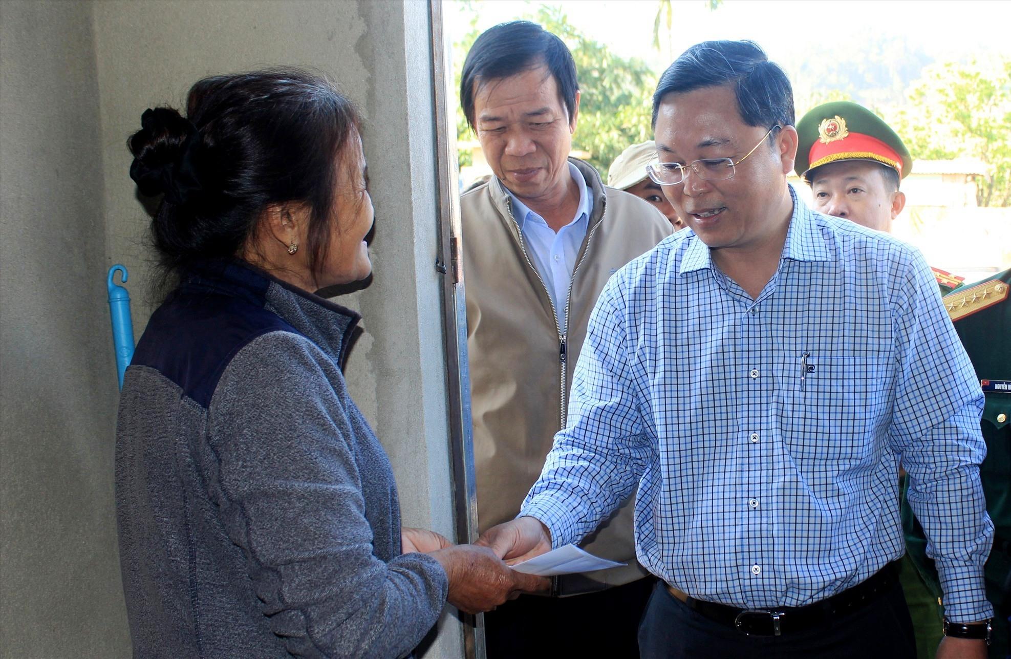 Chủ tịch UBND tỉnh Lê Trí Thanh tặng quà cho hộ dân ở thôn 1 (xã Phước Lộc).