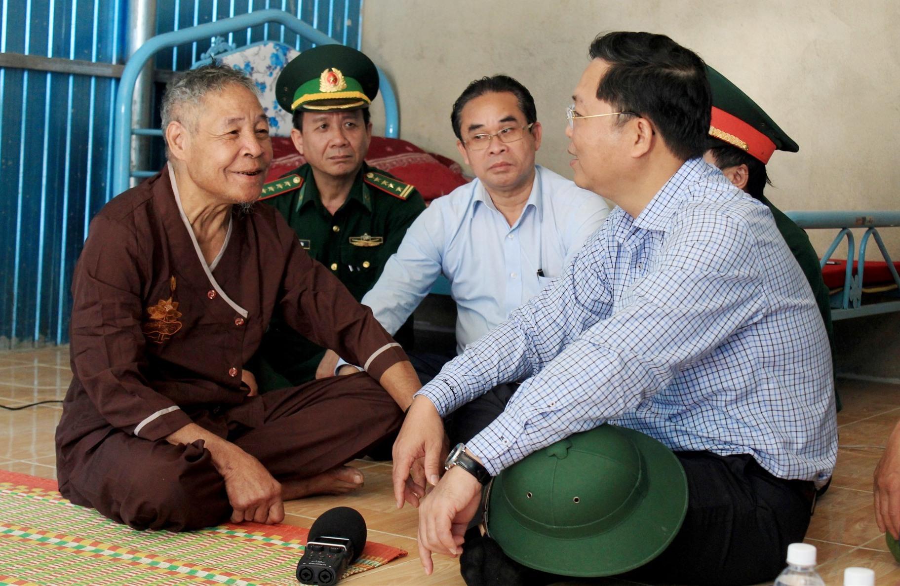Đồng chí Lê Trí Thanh thăm hỏi cụ Hồ Văn Deo (thôn Trà Văn A, xã Phước Kim)