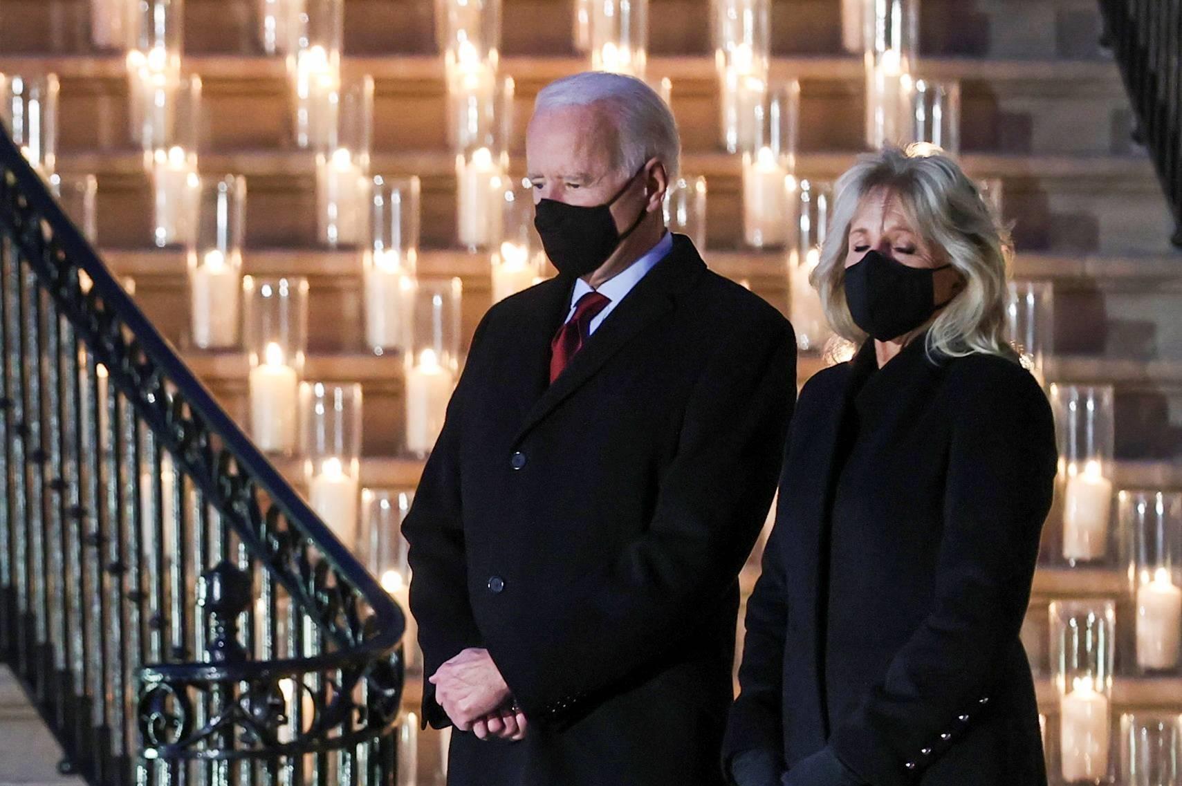 Tổng thống Hoa Kỳ Joe Biden và vợ của ông, Jill Biden, đã tạm dừng một chút im lặng tại Nhà Trắng vào thứ Hai để đánh dấu cột mốc nghiệt ngã về 500.000 người Mỹ thiệt mạng vì C