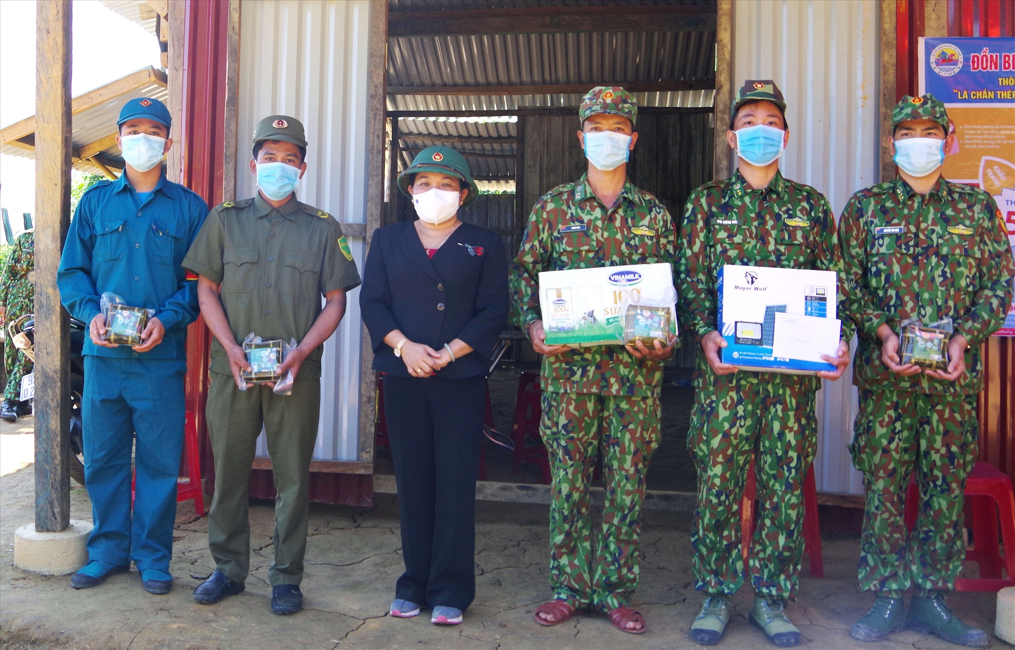 Trưởng ban Dân vận Tỉnh ủy Huỳnh Thị Thùy Dung tặng quà chốt Biên phòng Đồn La Êê