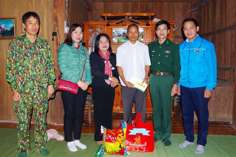 Trưởng ban Dân vận Tỉnh ủy tặng quà cho ông Ploong Tư người có uy tín tại thôn 47, ĐắcPring