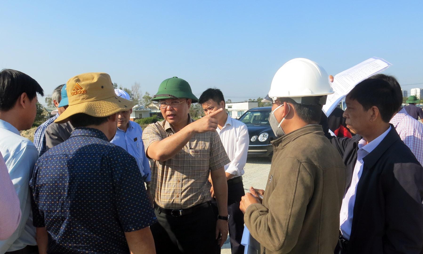 Chủ tịch UBND tỉnh Lê Trí Thanh kiểm tra thực tế công tác giải phóng mặt bằng, tái định cư tại vùng Đông. Ảnh: T.D