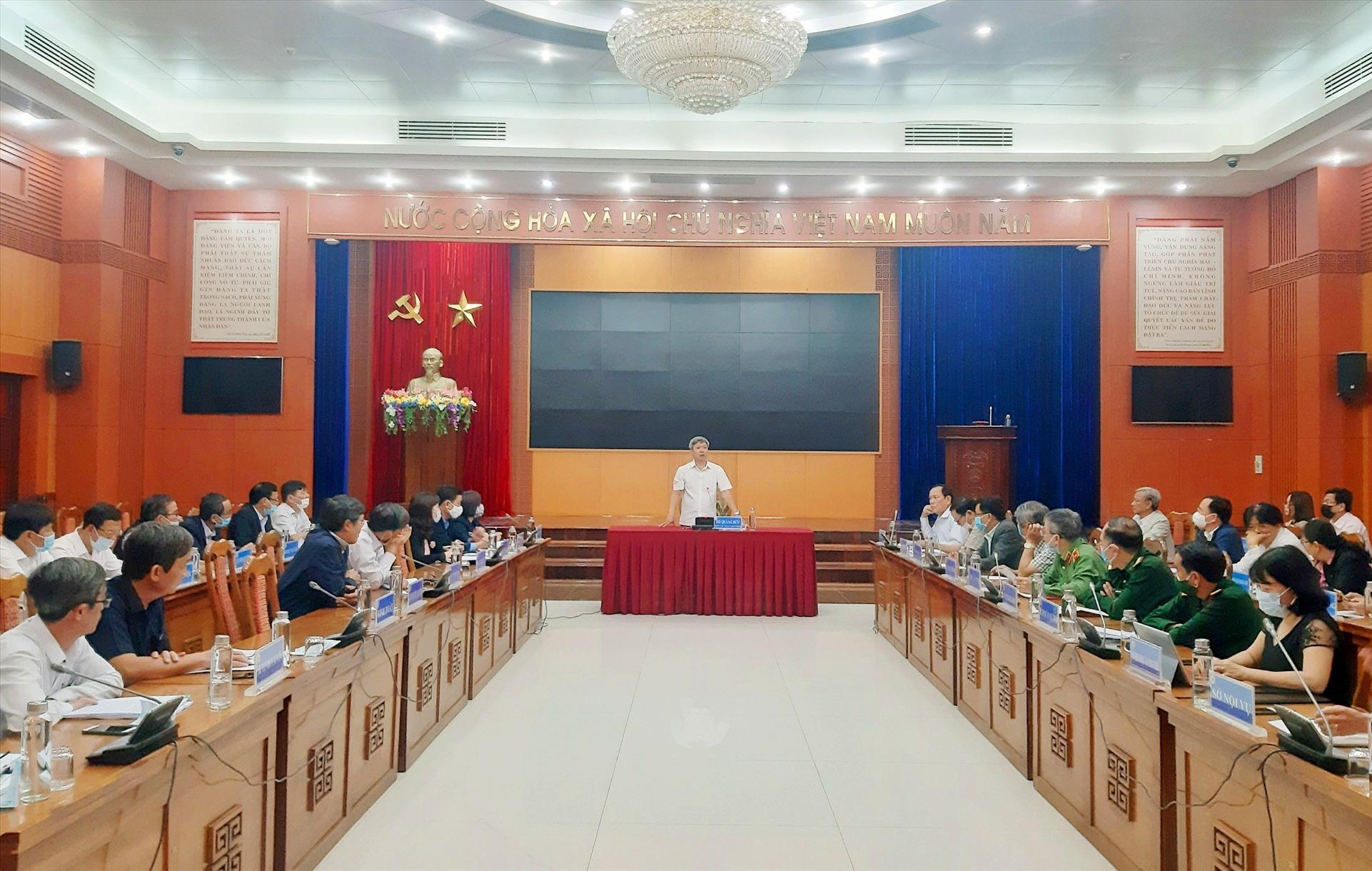 Phó Chủ tịch UBND tỉnh Hồ Quang Bửu cùng lãnh đạo các ngành, đơn vị liên quan làm việc với huyện Duy Xuyên vào sáng nay 25.2. Ảnh: VĂN SỰ