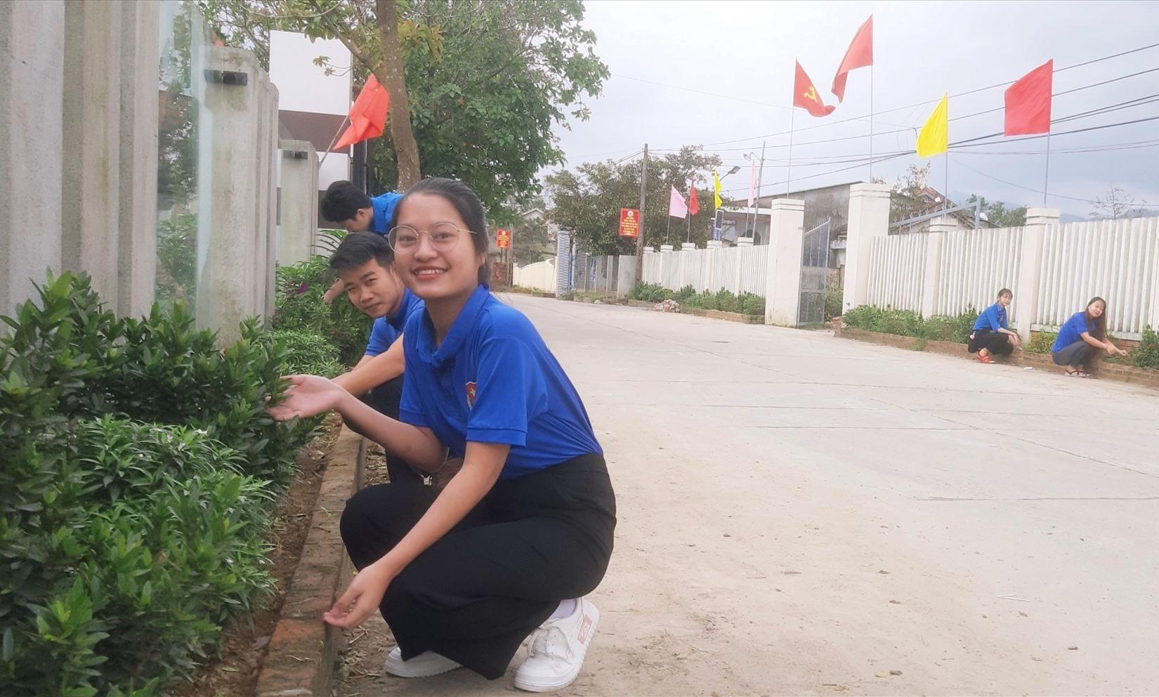 Đoàn viên thanh niên huyện Duy Xuyên chăm sóc đường hoa ở các khu dân cư. Ảnh: VĂN SỰ