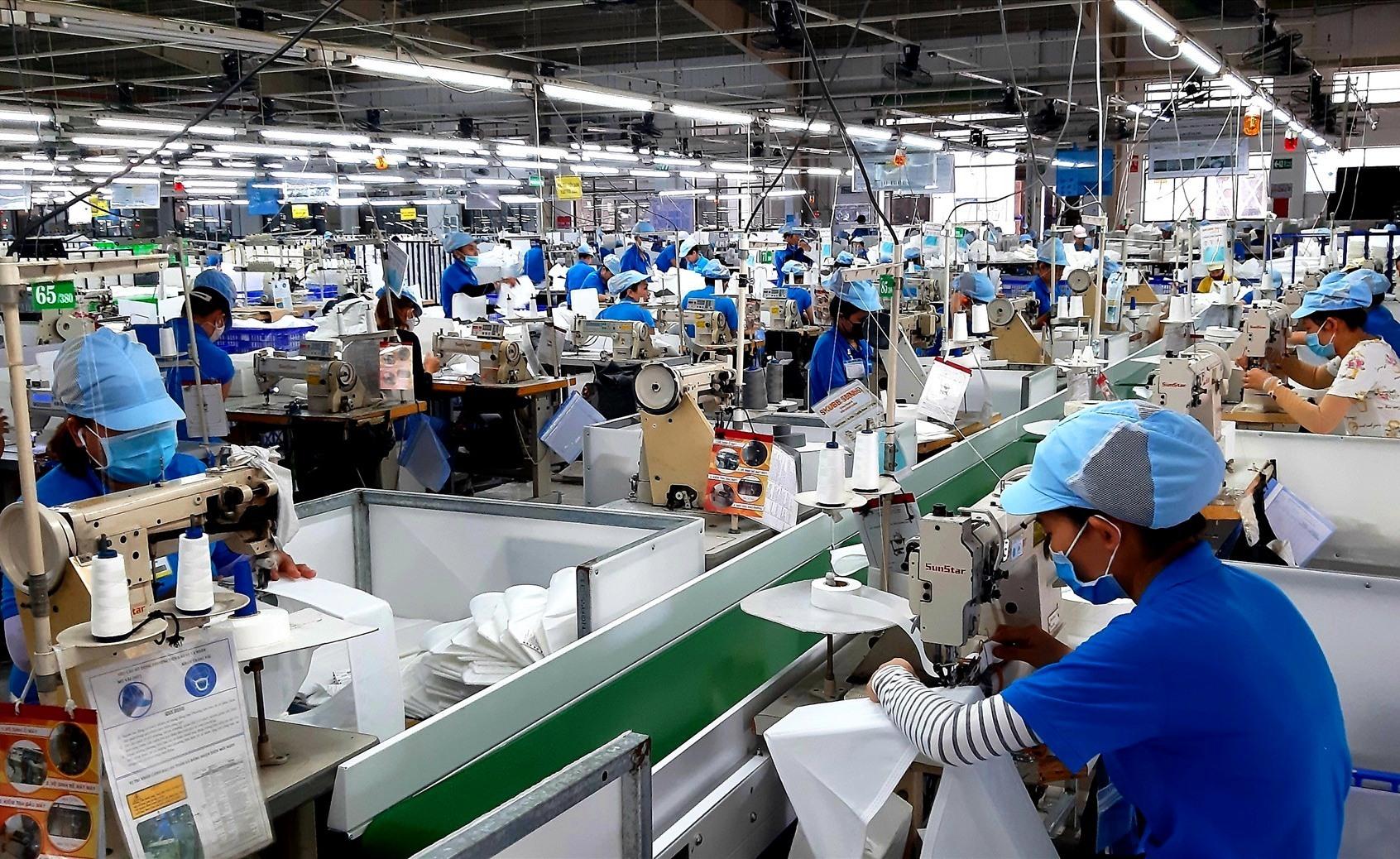 Nhờ nỗ lực thu hút doanh nghiệp vào đầu tư, nhiều lao động nông thôn ở Duy Xuyên có công ăn việc làm ổn định. Ảnh: VĂN SỰ
