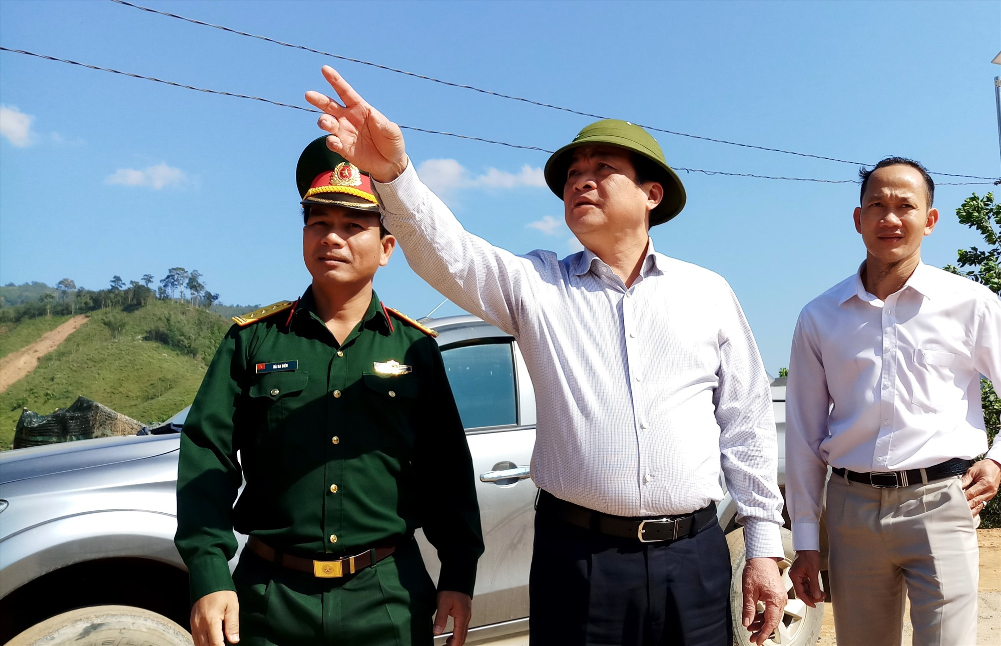 Sau khi khảo sát vị trí đất được chọn làm khu tái định cư ở nóc Ông Sinh, đồng chí Phan Việt Cường lưu ý chính quyền địa phương cần tập trung xây dựng hoàn thiện các phần hạ tầng đi kèm, nhất là đảm bảo nước sinh hoạt và công trình nhà vệ sinh. Ảnh: A.N