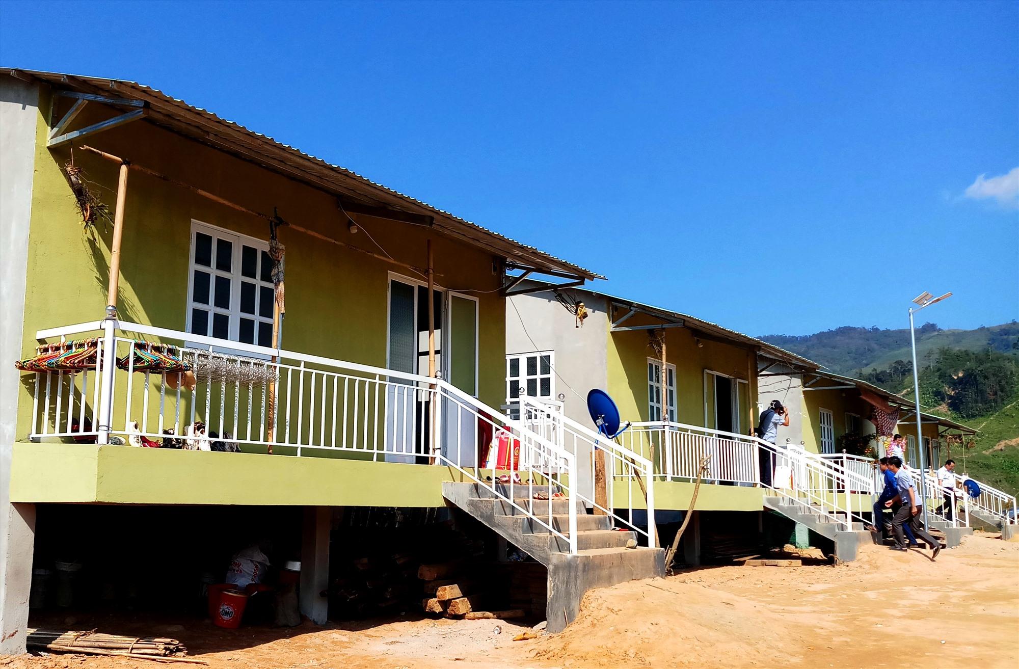 Những ngôi nhà mới xinh xắn được xây dựng cho đồng bào Ca Dong ở nóc Ông Sinh trên phần đất được người dân địa phương hiến tặng. Ảnh: A.N