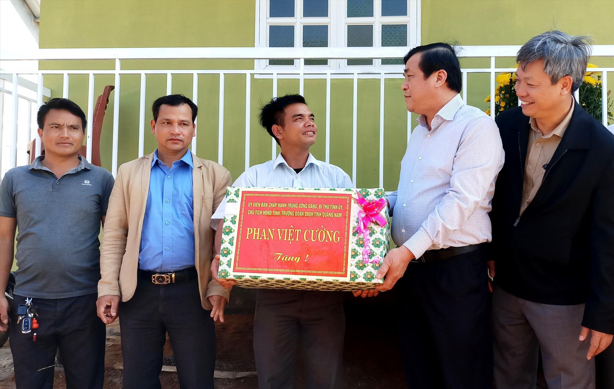 Dịp này, Bí thư Tỉnh ủy cũng đã trao quà động viên, biểu dương tinh thần, trách nhiệm của chính quyền xã Trà Vân. Ảnh: A.N