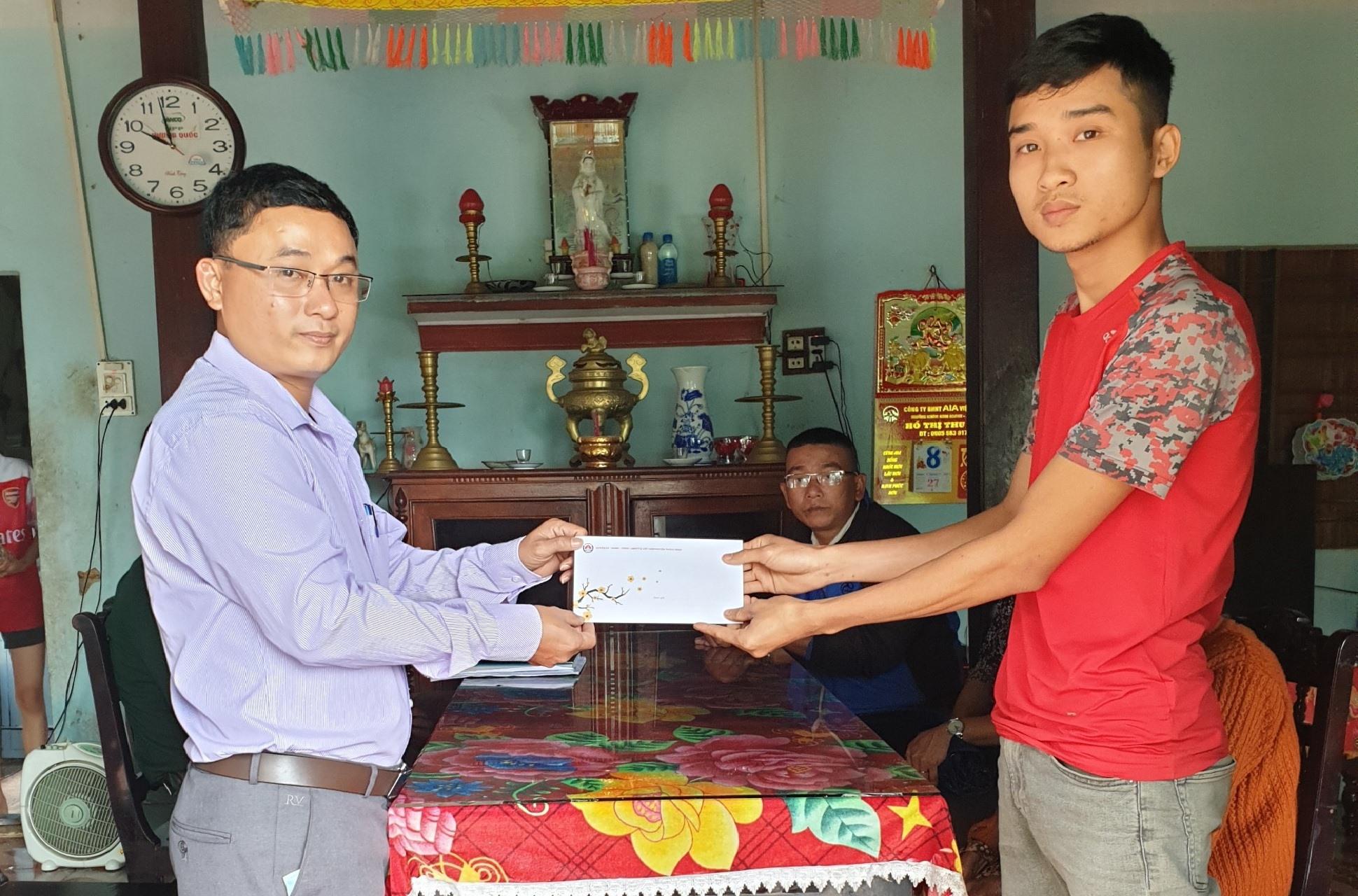Lãnh đạo huyện Thăng Bình thăm, động viên thanh niên trước lúc lên đường nhập ngũ năm 2021. Ảnh: GIANG BIÊN