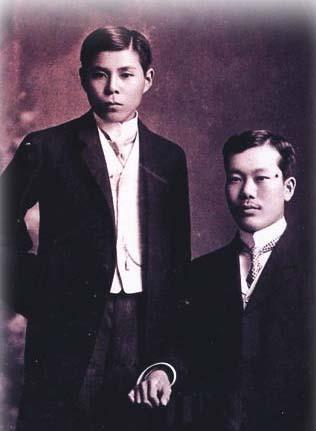 Kỷ ngoại hầu Cường Để (trái) và Phan Bội Châu tại Nhật Bản. Ảnh: Tư liệu