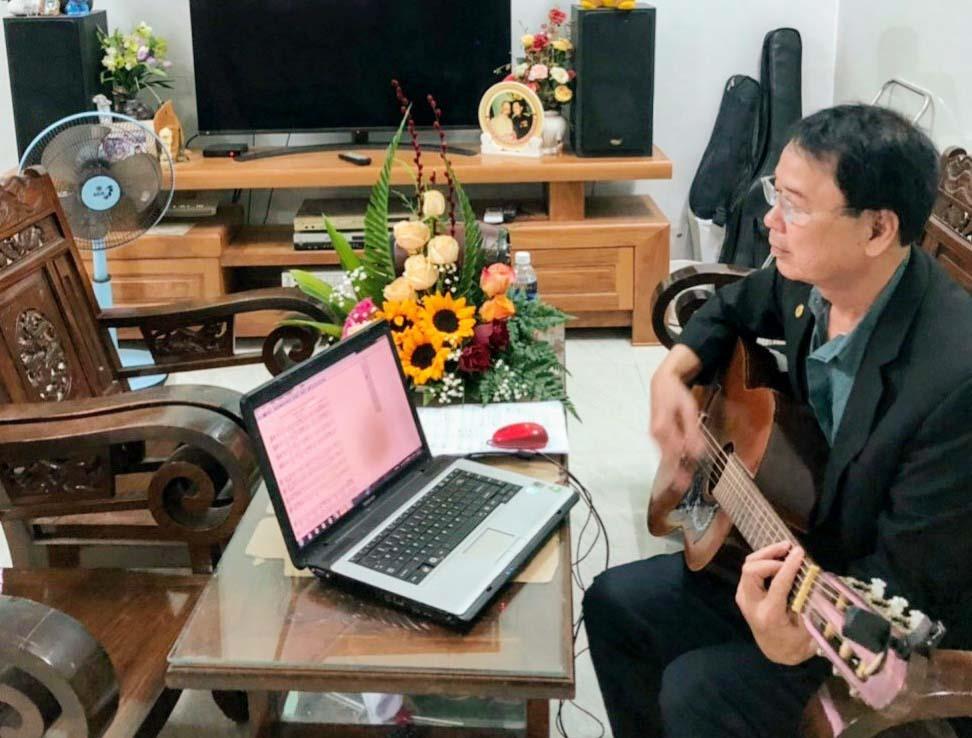 """Nhạc sĩ Huỳnh Đức Long """"khai xuân"""" vào sáng mùng 2 Tết với việc bắt tay vào viết bản hợp xướng 3 chương mang tên """"Quảng Nam năm trăm năm mươi năm"""". Ảnh: B.A"""