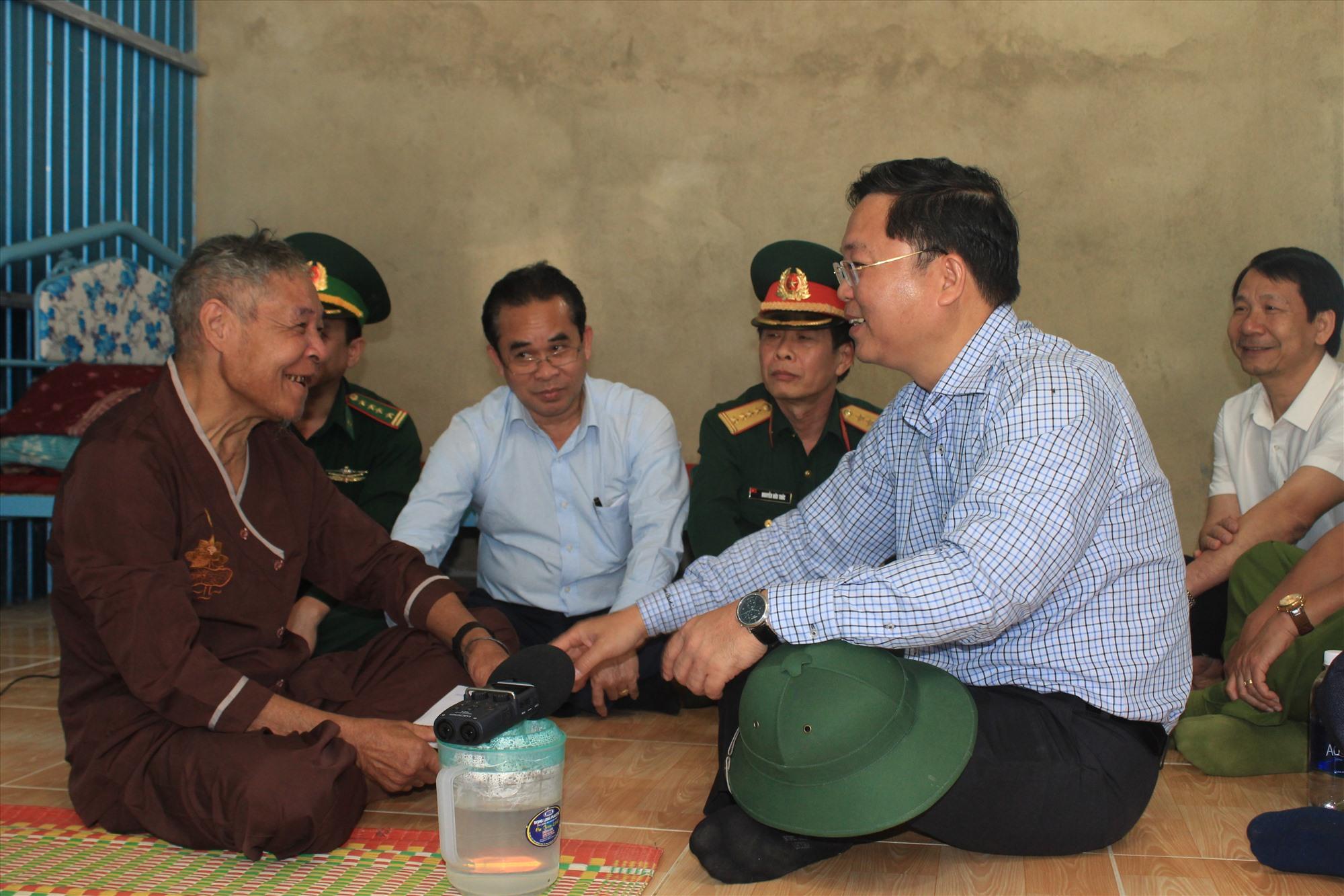 Chủ tịch UBND tỉnh Lê Trí Thanh và cụ Hồ Văn Deo tâm tình trong căn nhà mới. Ảnh: T.C