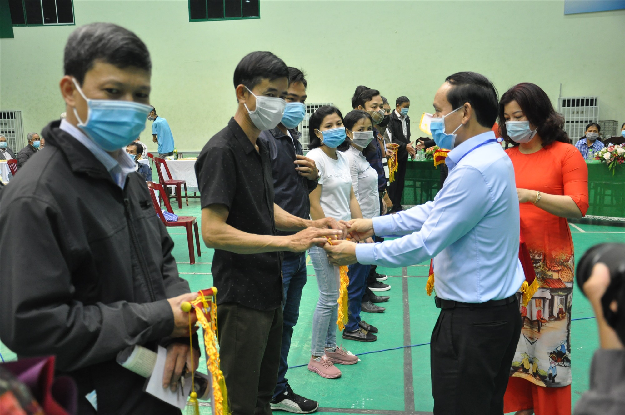 Ông Phạm Quốc Hùng-Chủ tịch HĐQT Công ty Tân Nghĩa Sơn, nhà tài trợ giải đấu tặng cờ lưu niệm và động viên các kỳ thủ.