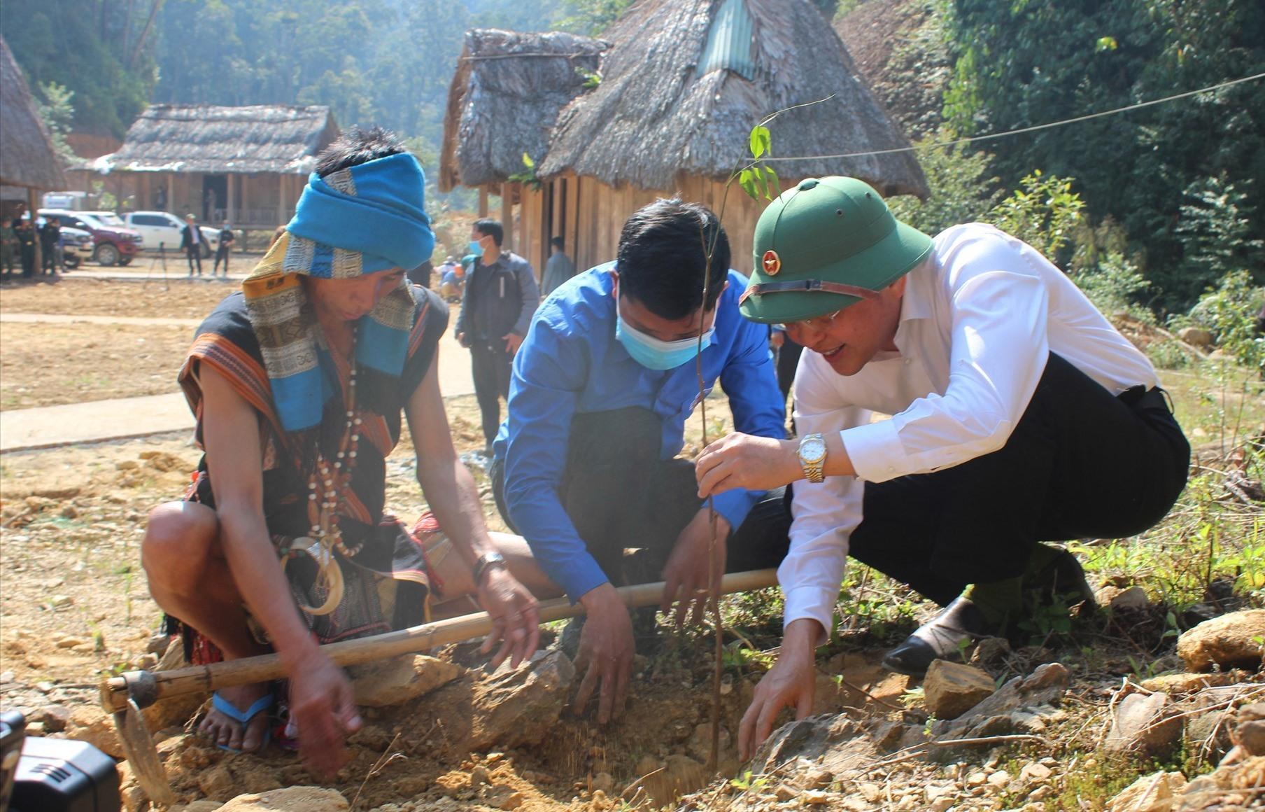 Chủ tịch UBND huyện Nguyễn Văn Lượm (áo trắng) trồng cây tại Làng Sinh thái di sản Pơmu