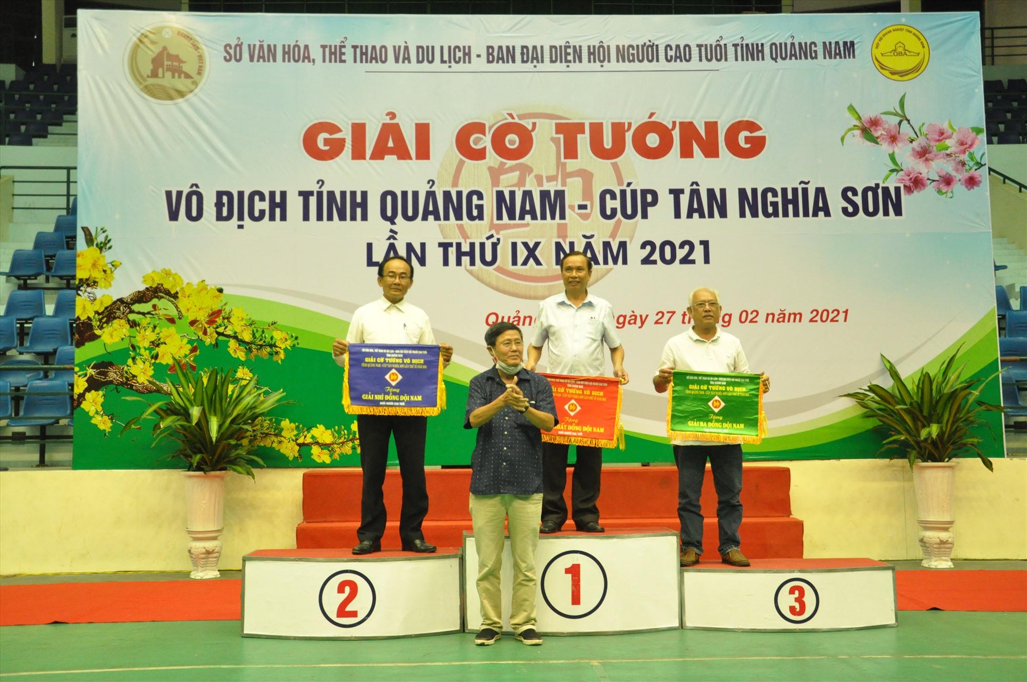 Trao giải đồng đội cho khối người cao tuổi  với Tam Kỳ nhất, Phú Ninh nhì, Duy Xuyên ba. Ảnh: T.V