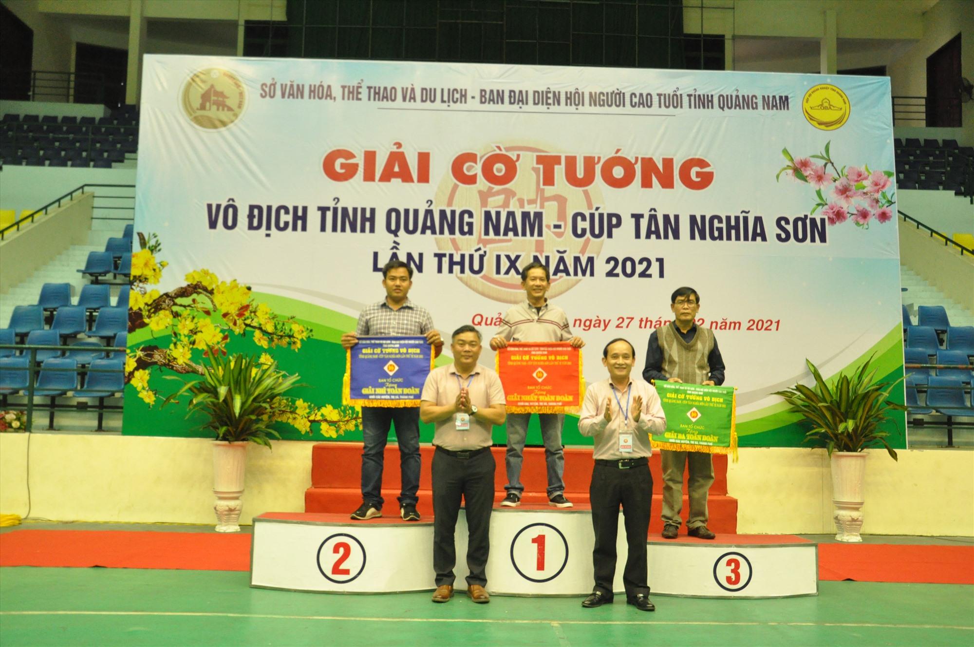 Ban tổ chức trao giải toàn đoàn cho Hội An, Tam Kỳ và Đại Lộc. Ảnh: T.V