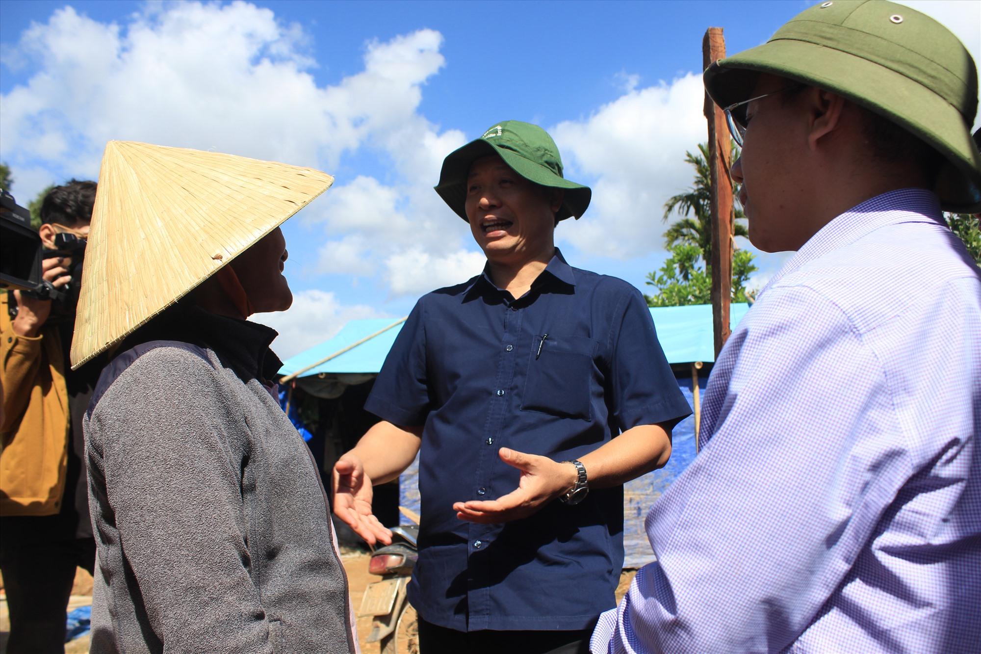Phó Chủ tịch UBND tỉnh Hồ Quang Bửu trò chuyện cùng một hộ dân sắp sửa dọn vào nơi ở mới nhờ nguồn hỗ trợ của Nhà nước. Ảnh: T.C